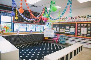 dekorasi ruang aula sekolah yang elegan dan minimalis